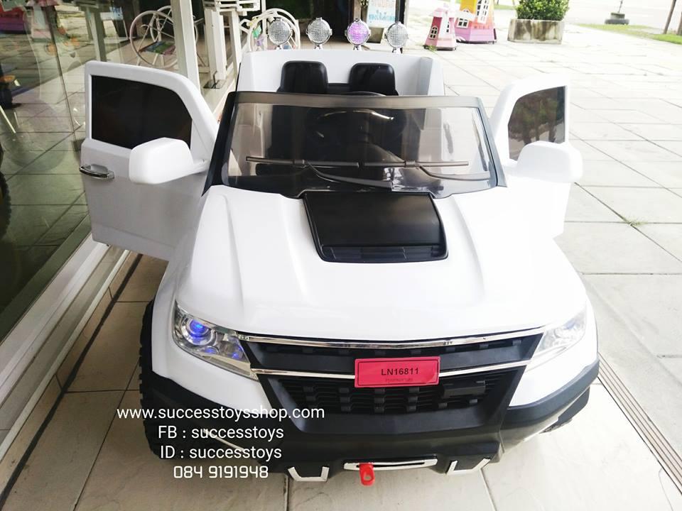 รถกระบะเชฟโรเลตสีขาว 2 มอเตอร์