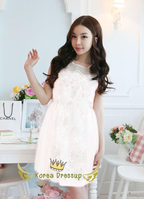 ชุดเดรสเจ้าหญิง สวยหวานน่ารักสีขาว เนื้อผ้าลูกไม้ลายดอกแต่งด้านบนเป็นผ้าตาข่ายซีทรู ดูสวยเซ็กซี่เล็กๆ ประดับมุกเม็ดกลมขาวขุ่น มีสายผ้าป่านคาดเอวสีขาวผูกเป็นโบว์ให้ กระโปรงด้านล่างเป็นผ้าแก้วสวยๆ