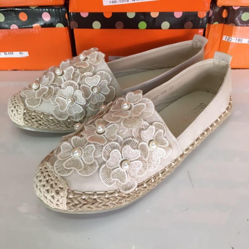 รองเท้าลำลองน้ำหนักเบาแต่ดอกไม้ด้านหน้าน่ารักมาก