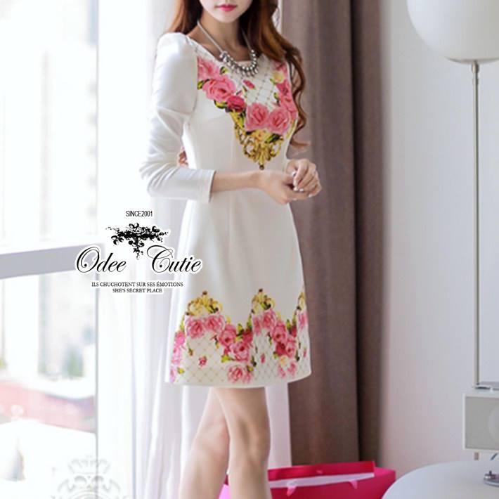( พร้อมส่งเสื้อผ้าเกาหลี) เดรสลุคหรูหรา เนื้อผ้ามี textureเป็นคลื่นลอนในตัวนะคะ ดีเทลพิมพ์ลายลวดลายชัด สีสดสวย เก็บทรงเข้ารูปเน้นซิลลูเอทเว้าโค้งสวย ไหล่เย็บยกตั้งขึ้นเล็กน้อยนะคะเสริมบุคลิก เนื้อผ้ามีน้ำหนัก