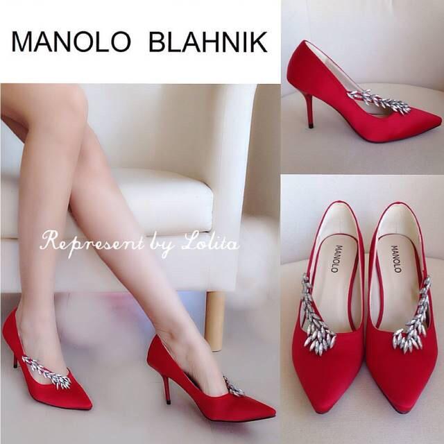รองเท้าคัชชูส้นสูงสไตล์ Manolo Blahnik ที่ทั้งเริ่ดและทั้งหรู งานเหมือนช้อปเป๊ะเลยจ้า ดีเทลงานผ้าซาติน เงางาม หรูหราฝุดๆ ด้านหน้าประดับอะไหล่ฝังเพชร มีไว้เถอะ มันสวยมากจริงๆ **รุ่นนี้พื้นตีแบรนด์ รับประกันงานเนี้ยบ รีบจองเลยจ้า** สี ทอง น้ำเงิน แดง ดำ ไซส