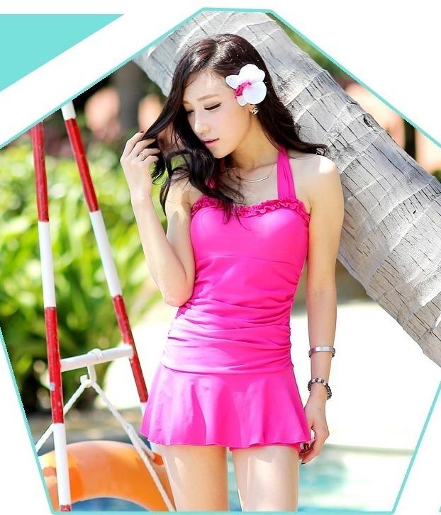 ชุดว่ายน้ำวันพีช สีชมพูสดใส สายคล้องคอ แต่งช่วงเอวย่นๆ น่ารักๆ ดีเทลช่วงหน้าอกสวย