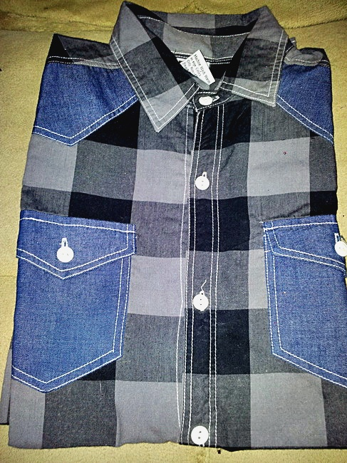 เสื้อเชิ๊ตลายตารางสีดำ แบบเทห์ ๆ ราคา 150 บาท