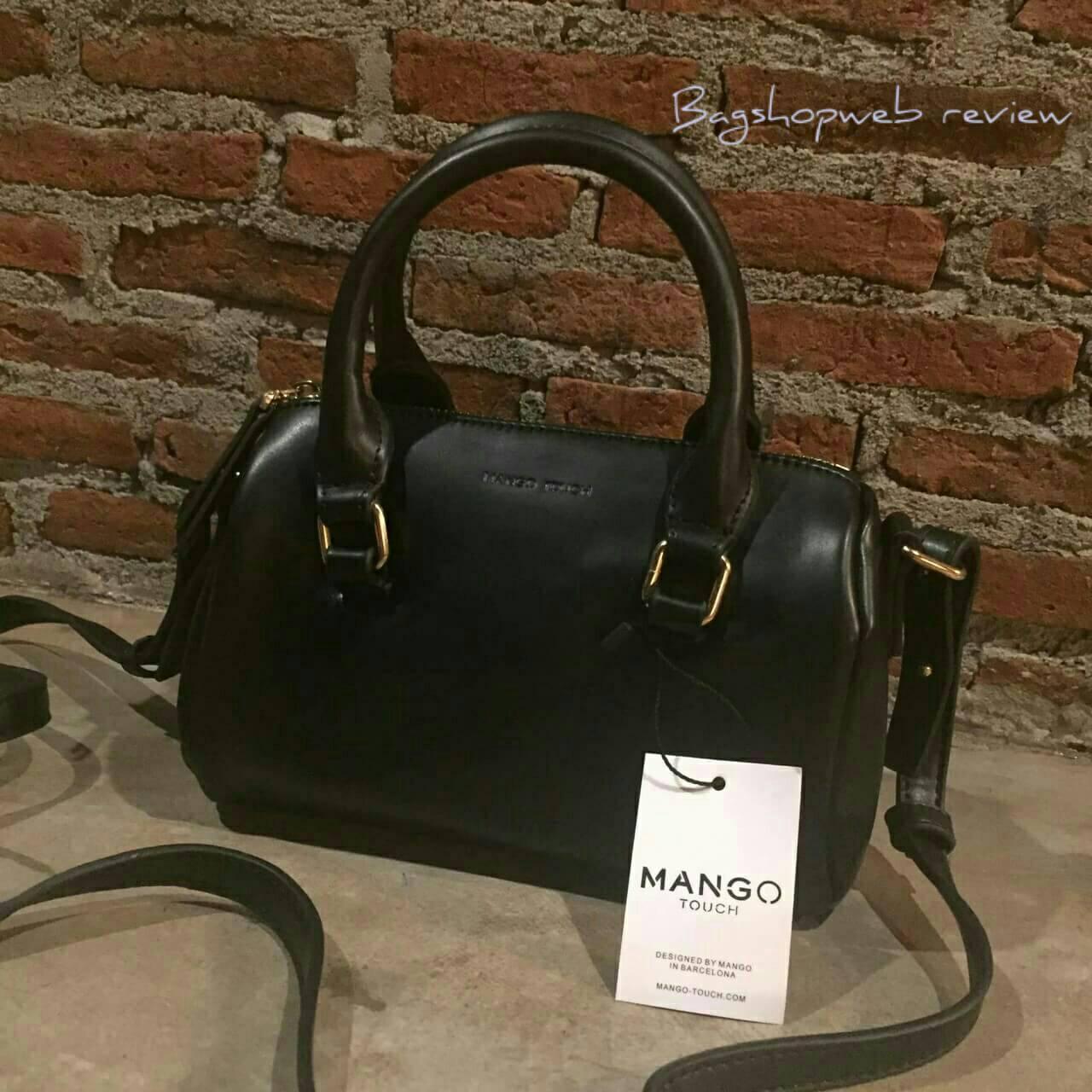 กระเป๋าจากแบรนด์ Mango รุ่น Mango Touch Mini Pillow Bag ทรงสุดฮิตที่ใช้ได้ทุกโอกาส ใบเล็กจุได้พอควรเลยค่ะ หนังนิ่มน่าใช้อะไหล่สีทองตัดกับสีหนังดูหรู สายสามารถปรับได้ 3 ระดับ ถอดสายออกจากตัวกระเป๋าถือแบบมินิฟรุ้งฟริ้งก็เก๋อีกแบบค่า สี ดำ