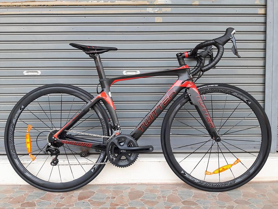 จักรยานเสือหมอบ Twitter รุ่น Cyclone เฟรมคาร์บอนสีดำแดง ชุดขับ Shimano 105 x 22 Speed เบรค PRC แบบซ่อนหลัง
