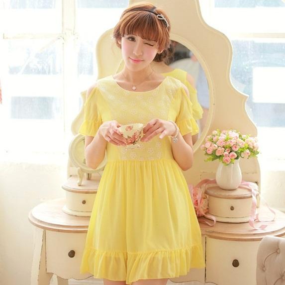 ชุดเดรสแฟชั่นเกาหลี ชุดเดรสแฟชั่นน่ารัก ชุดเดรสสั้น ชุดเดรสสวย ๆ คอแขน ไหล่เเว้า ปลายกระโปรงบานแต่งระบาย ( M, L)