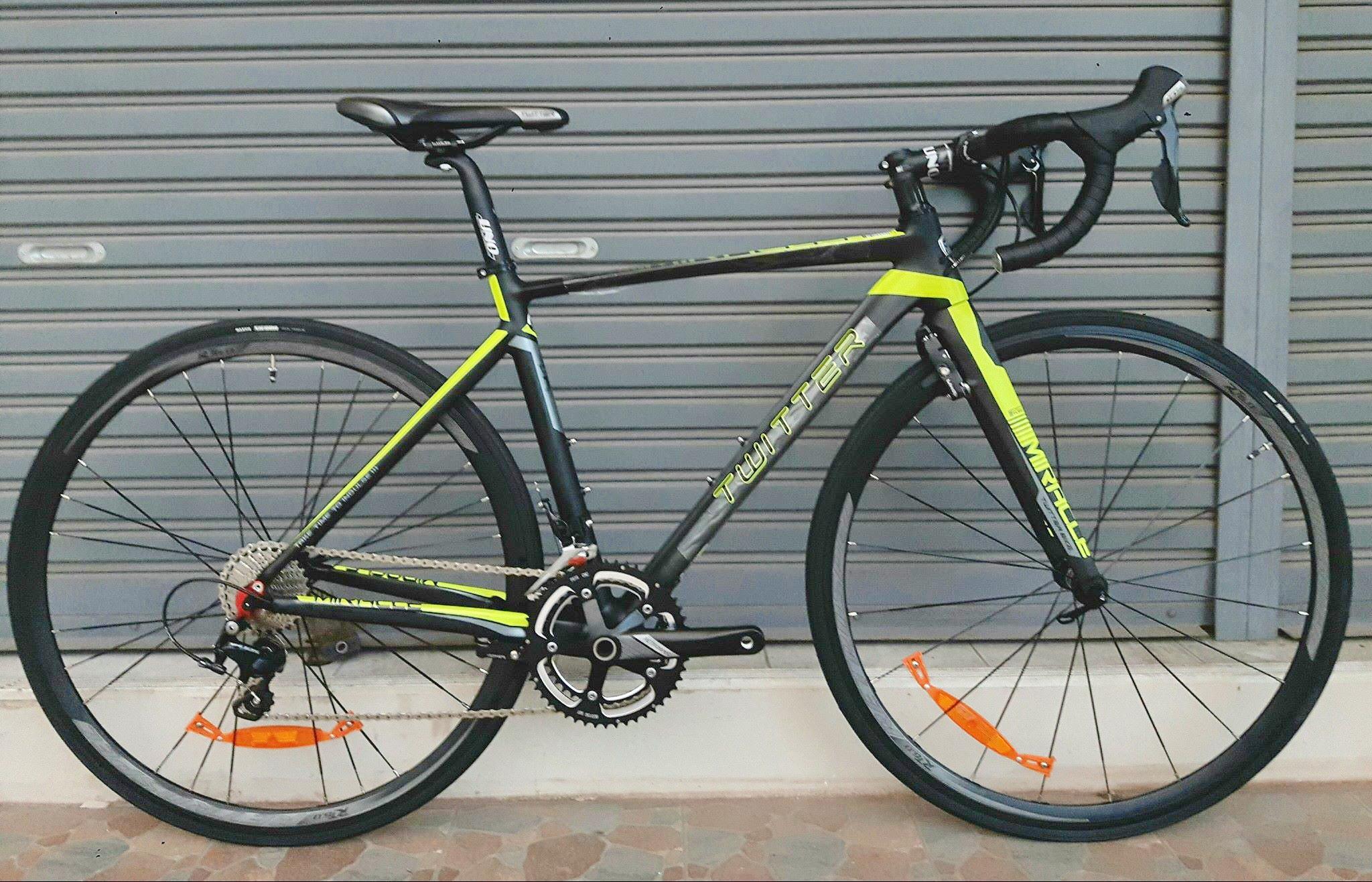 จักรยานเสือหมอบ Twitter รุ่น Miracle สีดำเหลืองนีออน เฟรมอลูมิเนียม ซ่อนสาย ลบรอยเชื่อม ชุดขับ Shimano 105 x 22 Speed น้ำหนัก 8.4 กิโลกรัม เบรคซ่อนหลัง Winzip (Taiwan)