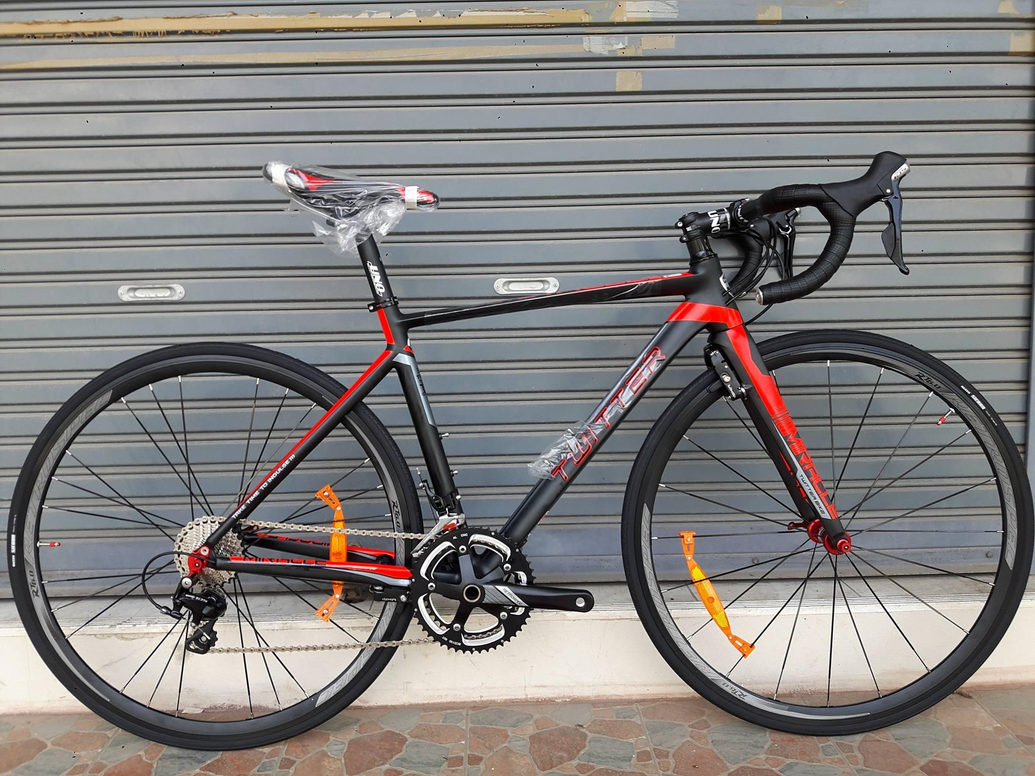 จักรยานเสือหมอบ Twitter รุ่น Miracle สีดำแดง เฟรมอลูมิเนียม ซ่อนสาย ลบรอยเชื่อม ชุดขับ Shimano 105 x 22 Speed น้ำหนัก 8.4 กิโลกรัม เบรคซ่อนหลัง Winzip (Taiwan)