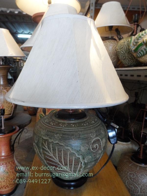 โคมไฟตั้งโต๊ะ ทำจากแจกันดินเผาด่านเกวียน แกะลายใบไม้ ทรงโอ่งน้ำ สีโคลนน้ำตาลเขียว