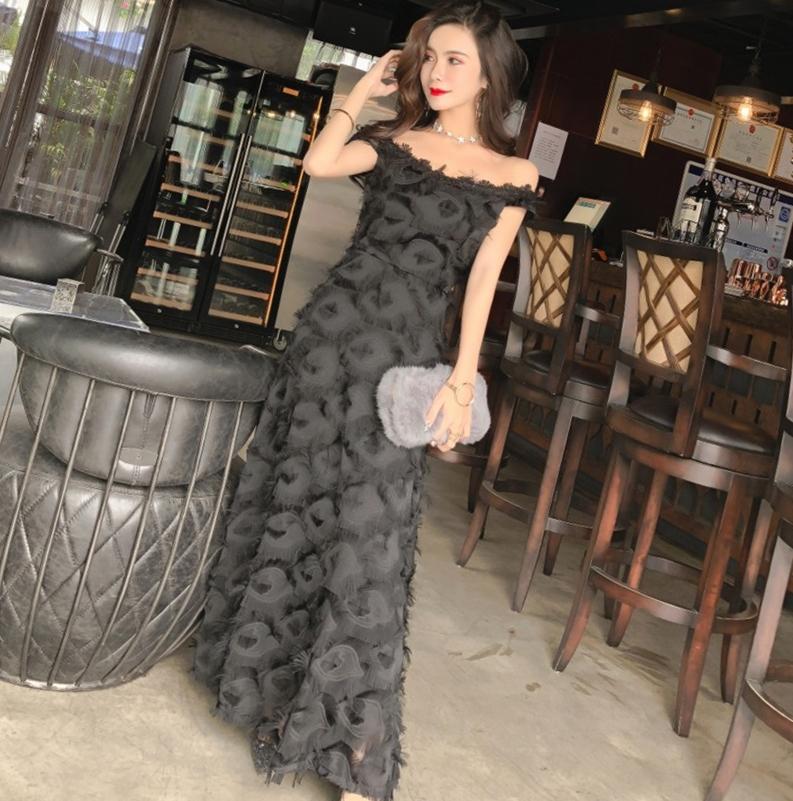 ชุดราตรียาวสีดำ เปิดไหล่ แต่งขนฟรุ้งฟริ้ง สวยหวาน น่ารักๆ