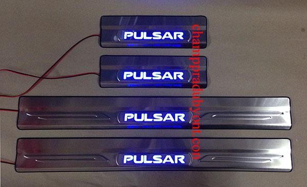ชายบันไดสแตนเลสมีไฟ NISSAN PULSAR 13-16 แสงสีฟ้า