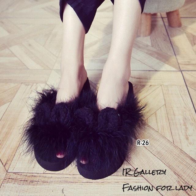 รองเท้าแตะผู้หญิงสีดำ แบบคีบ แต่งขนกระต่ายเทียม (สีดำ )