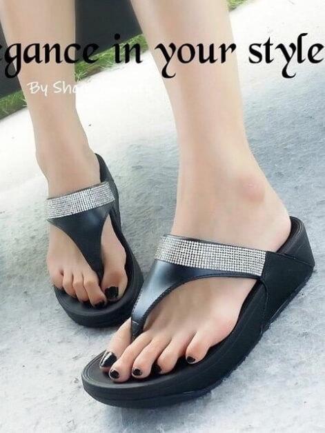 รองเท้าแตะ ทรงหนีบ สายเมทัลลิคคาดเพชร (สีดำ )