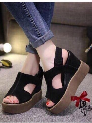รองเท้าส้นเตารีด แบบรัดส้น หนังกลับ เว้าข้าง (สีดำ )