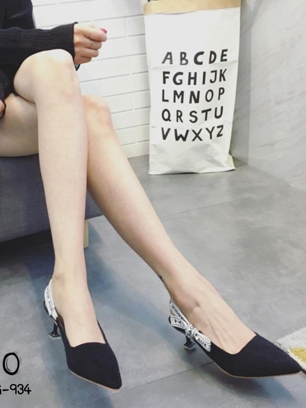 รองเท้าส้นสูงหัวแหลมสีดำ ทรงเก็บหน้าเท้า สายคาดส้นแบบริบบิ้น (สีดำ )