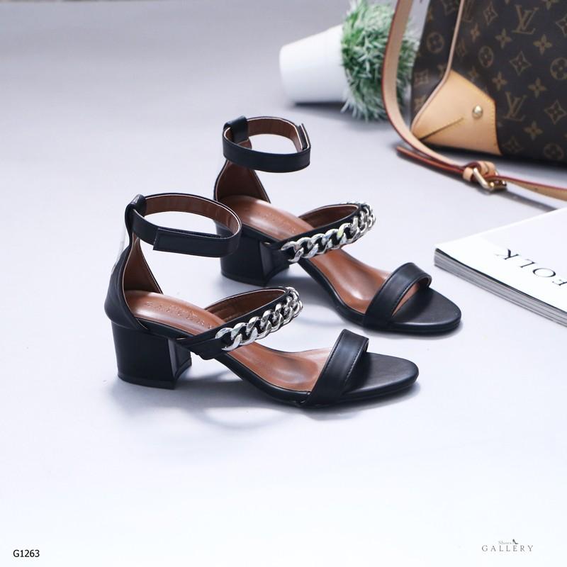 รองเท้าส้นตันรัดส้นสีดำ คาดหน้าสองระดับ แต่งโซ่เงิน (สีดำ )
