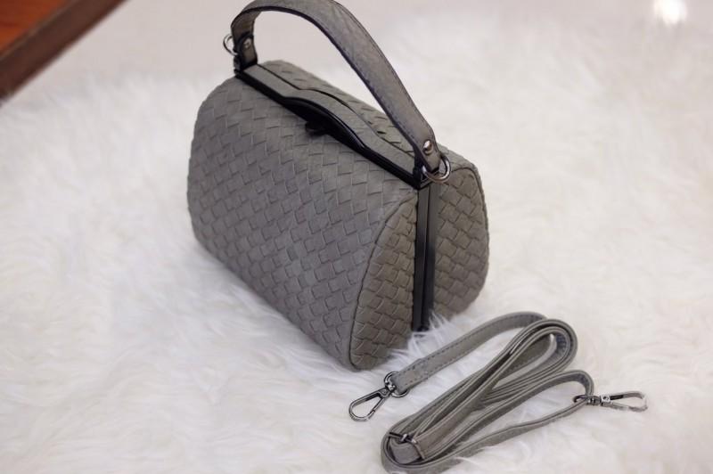กระเป๋าสะพายแฟชั่น กระเป๋าสะพายข้างผู้หญิง หนังลายสาน ขนาดกระทัดรัด [สีเทา ]