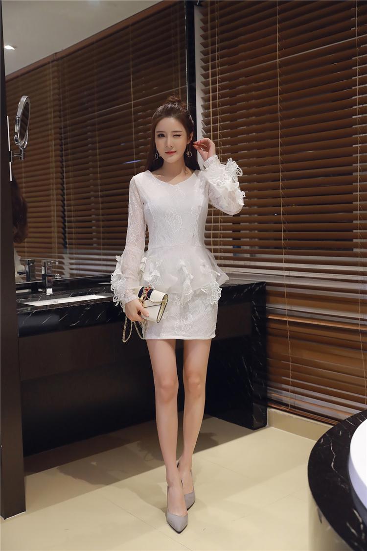 ชุดลูไม้ออกงานสีขาวคอกลมแขนยาว