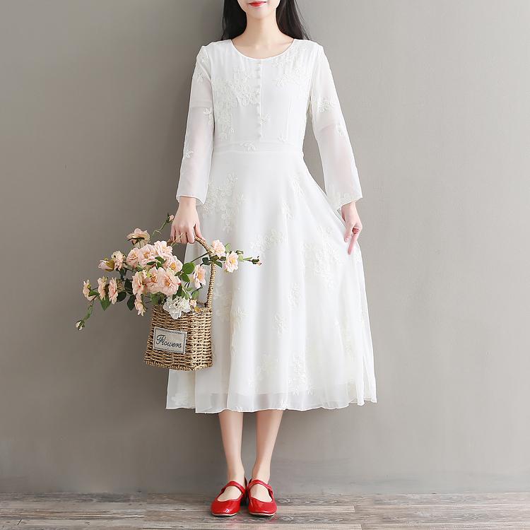 เดรสสีขาว เดินเส้นลายดอกไม้ครีม ปักรอบตัวหน้าหลัง ชุดยาว แขนยาว ด้านบนติดกระดุมหลอกเม็ดเล็กเรียง ซิปหลัง