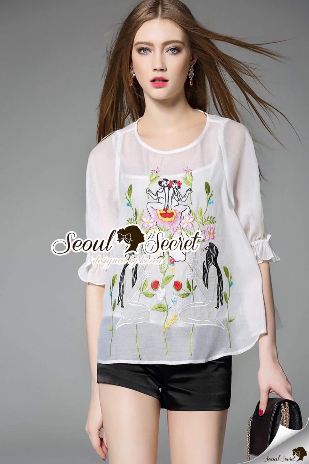 Seoul Secret Say's .... Whity Ladiest Stick Bow Sleeve B;ouse Material : เสื้อใส่สบายๆ มีดีเทลเก๋ๆ ด้วยงานปักแต่งเป็นลาย Woman&Forest นะคะ ลายสวยดูคลาสสิคๆ ทรงเสื้อสวยด้วยทรงเสื้อตัวปล่อยๆ ช่วงแขนจับยางสม๊อค เนื้อผ้าคอตตอนเนื้อสวย แมตซ์กับอะไรก็ดูดีน