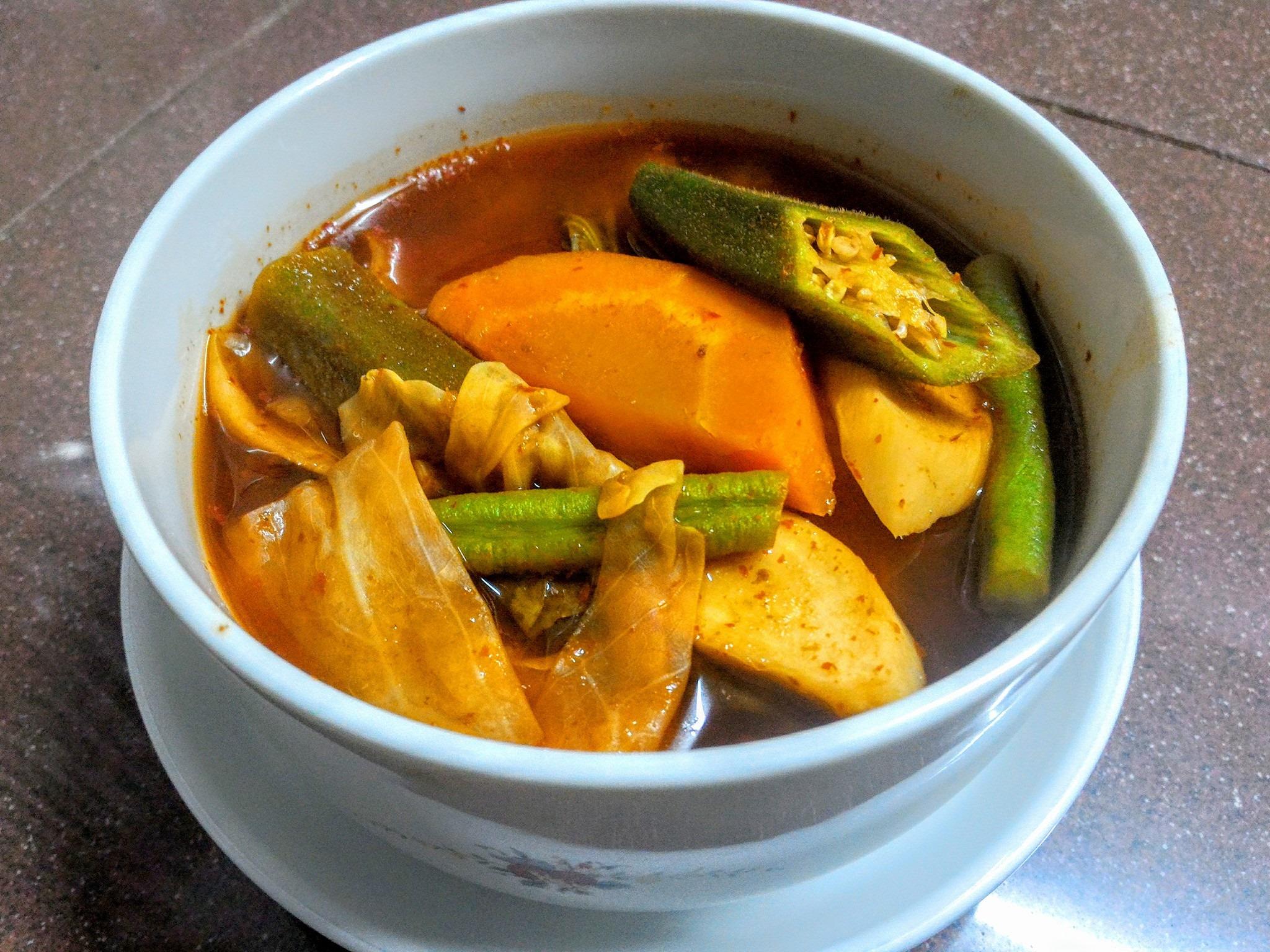 แกงส้มเจผักรวม ใช้น้ำพริกแกงส้มเจ ตราแม่น้อย