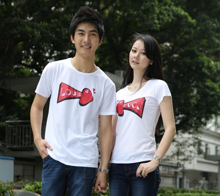 เสื้อยืดคู่รัก แฟชั่นคู่รัก ชาย + หญิง เสื้อยืดแขนสั้น แต่งสกรีนลายลูกศรสีแดง Love เสื้อสีขาว +พร้อมส่ง+