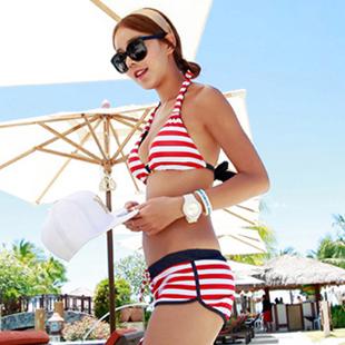 พร้อมส่ง ชุดว่ายน้ำทูพีซ สไตล์สปอร์ตกางเกงขาสั้น ลายเส้นสีแดงสลับขาวสวยๆ