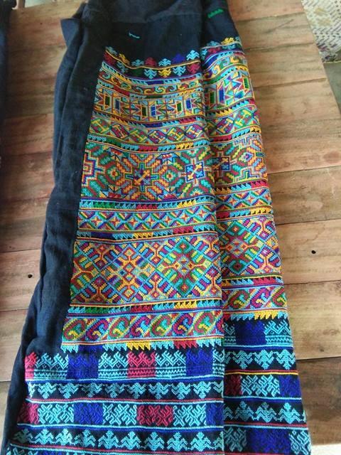 กางเกงผ้าปักมือ โทนสีฟ้า สีสันสดใส