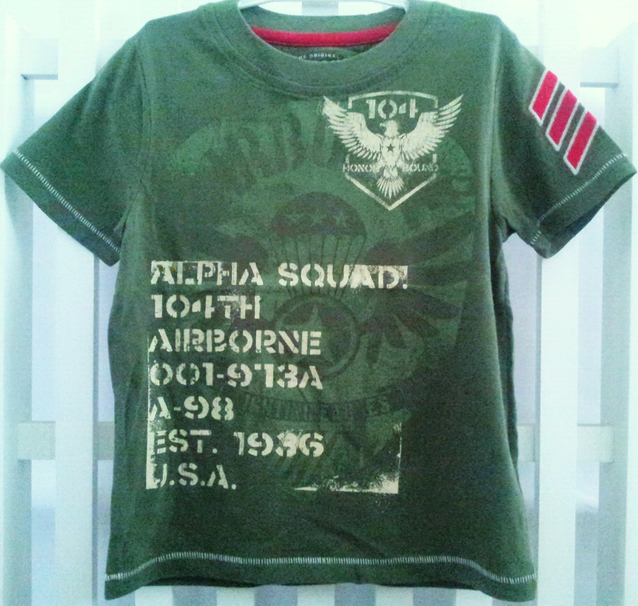 AZ03 Arizona เสื้อผ้าเด็กชาย เสื้อยืดคอกลมสกรีนลายเท่ห์ ๆ แบรนด์อเมริกัน เนื้อนิ่มมาก ใส่สบายสุด ๆ สีเขียวทหาร Size M (สินค้าขีดป้าย)