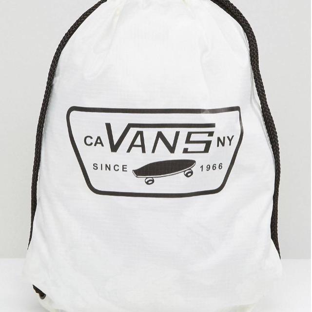 กระเป๋าเป้สะพายหลัง เชือกรูด จาก VANS สีขาว