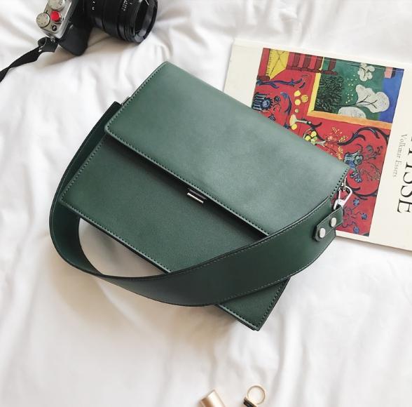 กระเป๋าสะพายข้างผู้หญิง Leather around สีเขียวเข้ม
