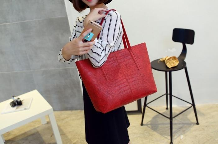 กระเป๋าสะพายข้างใบใหญ่ Leather woman (Red)