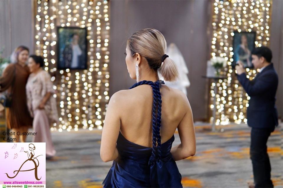 ภาพถ่ายด้านหลังของชุดยาวเปิดหลังเอวเปียแบบเทย่า โรเจอร์โทนสี navyblue ในงานโรงแรมแบบสวยหรูของร้าน allsweetdress ค่ะ