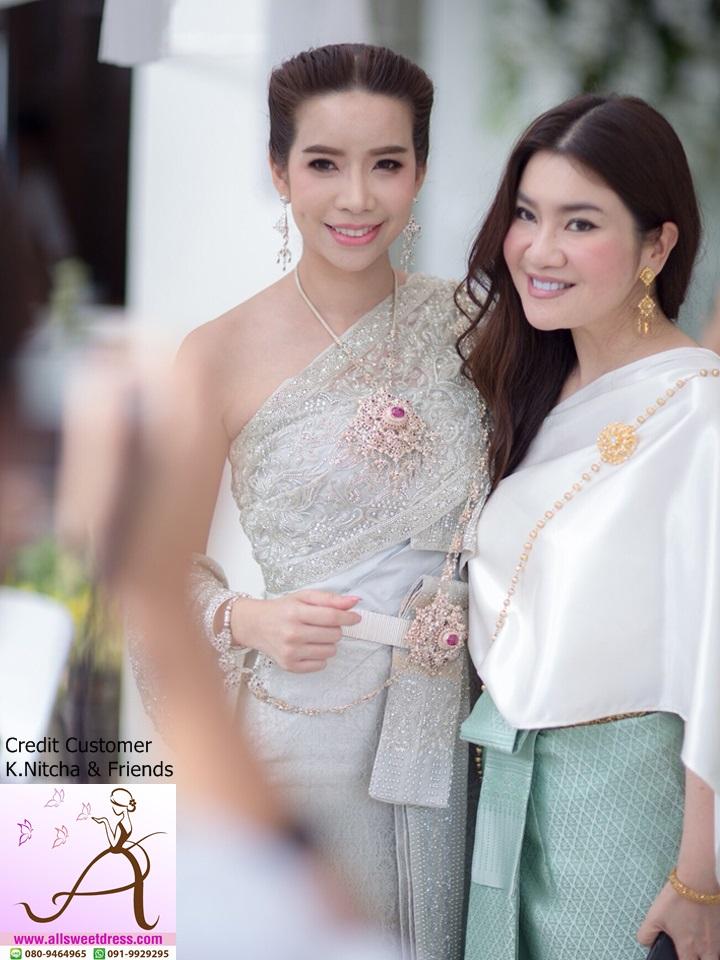 เจ้าสาวคนสวยถ่ายคู่กับเพื่อนสาว ชุดไทยสวยๆ ที่มีให้บริการเช่าพร้อมเครื่องประดับจากร้าน allsweetdress ฝั่งธน
