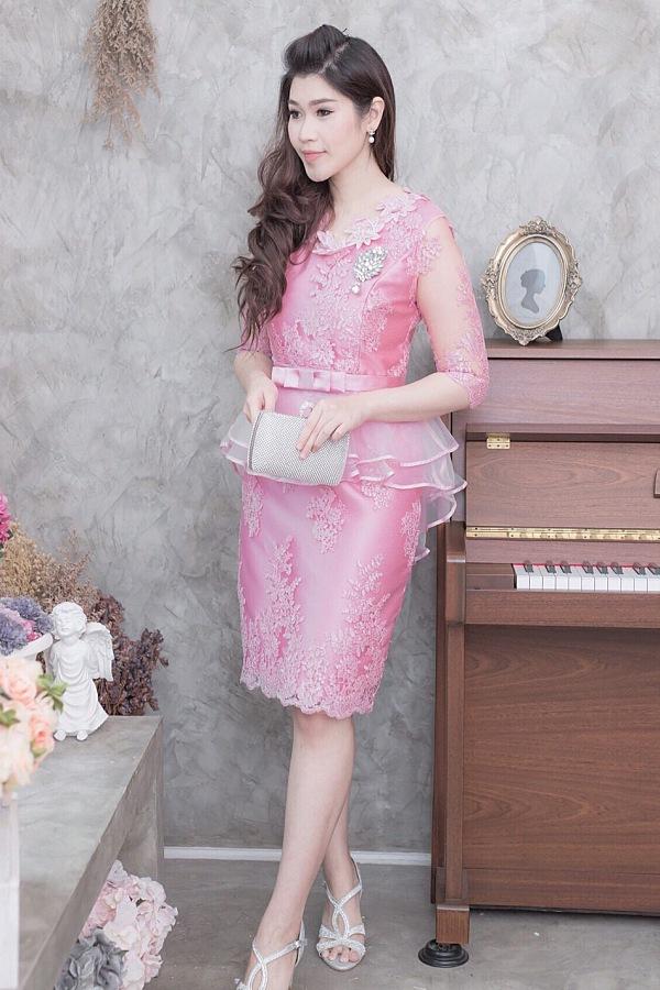 (Size L,2XL) ชุดไปงานแต่งงาน ชุดไปงานแต่งสีชมพู ผ้าไหมคอวีเอวระบาย มีดีเทลที่คอแต่งด้วยดอกไม้อย่างดีเป็นงานเย็บด้วยมือ