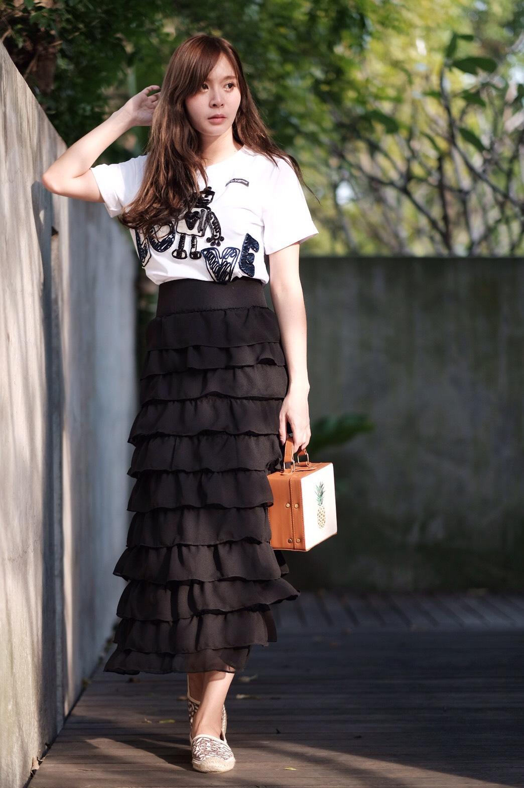 Luna skirt กระโปรงระบายชั้นเอวสูงตัวยาวทรงสอบค่ะ ประดับระบาย 11 ชั้น ทรงสวยน่ารักสุดๆ ชายระบายเย็บริมทุกชั้น ไม่รุ่ย แมตซ์กับเสื้อยืด เสื้อแขนกุดเหมือนนางแบบก็สวยแล้วค่ะ