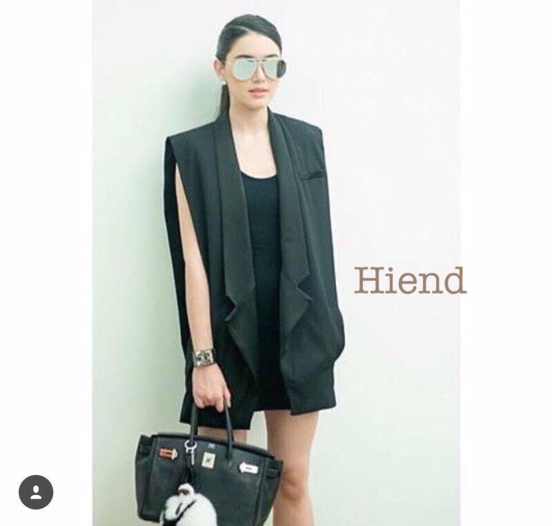 เสื้อสูทคลุมแขนกุด H&M แบบคุณใหม่ใส่ค่ะ งานhiend ใช้ผ้าเนื้อหนาอย่างดีอยู่ทรงสวย ช่วงปกเสื้อและกระเป๋าใช้เนื้อผ้ามีtextureเงาๆและลายในตัว กระเป๋าจริงทั้ง 2 ข้าง ดีไซน์สวย งานคุณภาพค่ะ