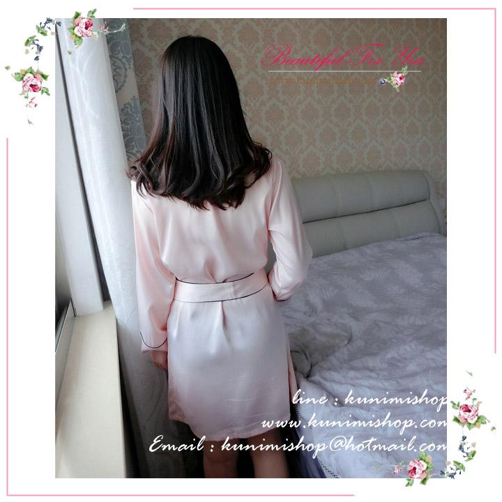 เสื้อคลุมชุดนอน ไม่มีลาย มาพร้อมที่ผูกเอว แขนยาว คอปก สวยหวาน เนื้อผ้า : ผ้าซาติน