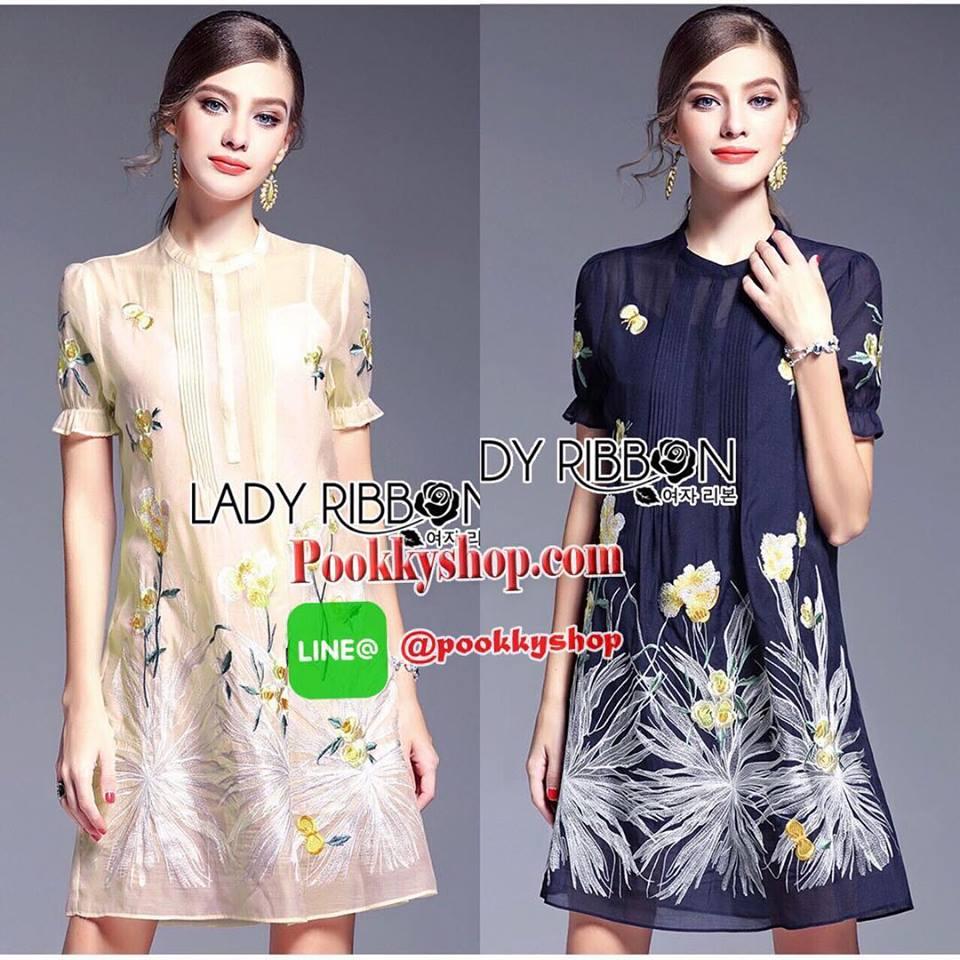Lady Ribbon's Made Lady Rita Casual Feminine Flower Embroidered Silk Cotton Dress เดรสผ้าซิลค์คอตตอนปักลายดอกไม้สไตล์เฟมินีน ตัวนี้ใส่แล้วดูสวยหวานเรียบร้อยมากๆ ดูเป็นผู้ดีเรียบร้อย ทรงชุดติดกระดุมครึ่งตัวด้านบน ด้านข้างกระดุมจับจีบ ส่วนแขนเป็นทรงพอง