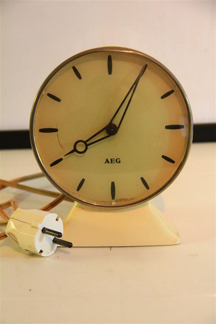 หมายเลข 6.นาฬิกาตั้งโต๊ะโบราณยี่ห้อ AEG ใช้ไฟฟ้า อายุประมาณ 50 ปี