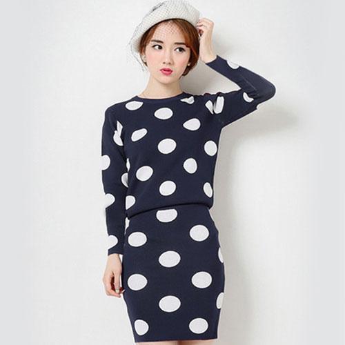 ++สินค้าพร้อมส่งค่ะ++ชุดเซ็ทเกาหลี เสื้อคอกลม แขนยาว ผ้า knit เนื้อแน่นมากทอลายจุดทั้งชุดและกระโปรงสั้นน่ารัก มี 4 สีค่ะ สีDark Blue