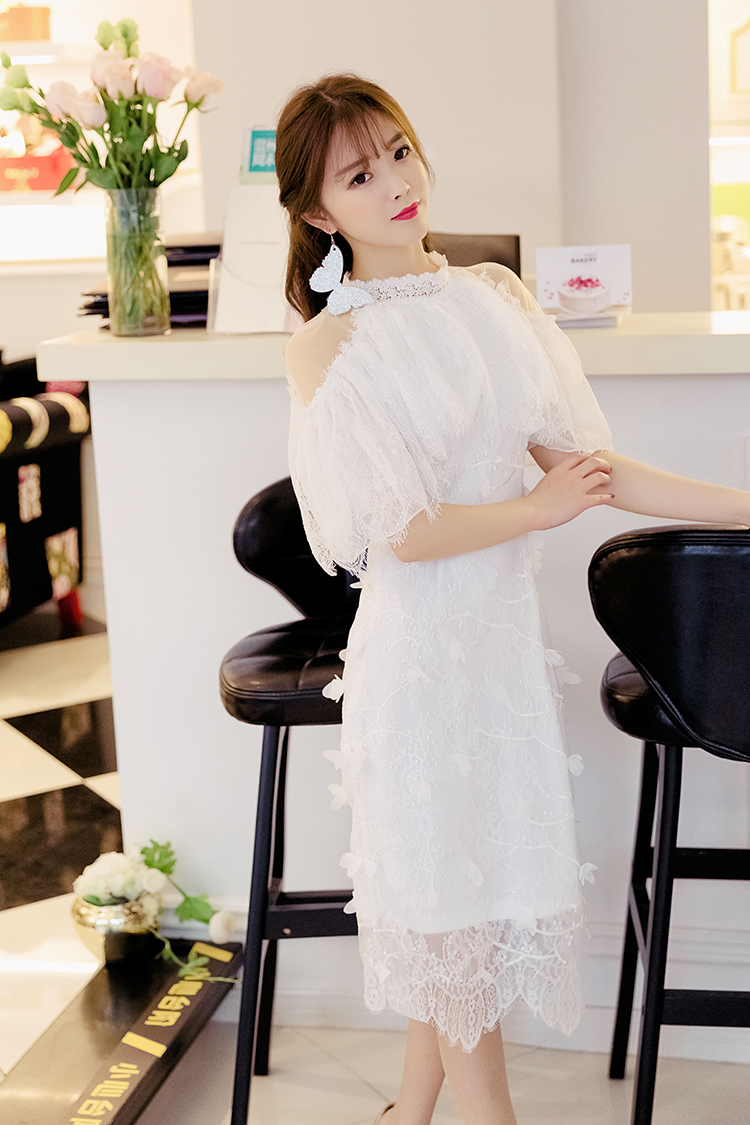 ชุดเดรสสีขาว ตัวชุดมีดีเทลเยอะสวยมากๆ ด้านนอกสุดของชุดเป็นผ้าลูกไม้ปักลายดอกไม้