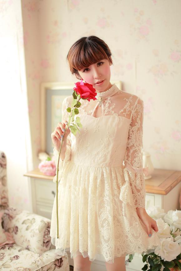 ชุดเดรสลูกไม้ แขนยาว Princess style สีครีม คอปักมุกสีขาว พร้อมเข็มกลัดรูปผู้หญิงติดที่คอเสื้อ