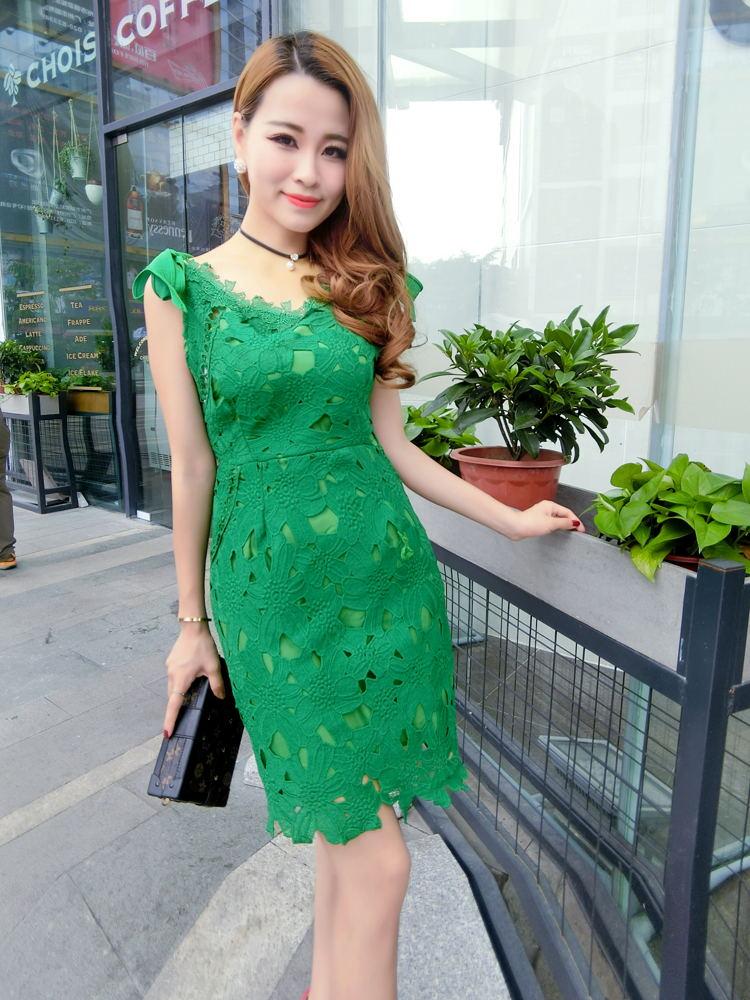 ชุดเดรสสวยๆ ผ้าถักรูปดอกไม้ สีเขียว เดรสทรงตรง เข้ารูปช่วงเอว