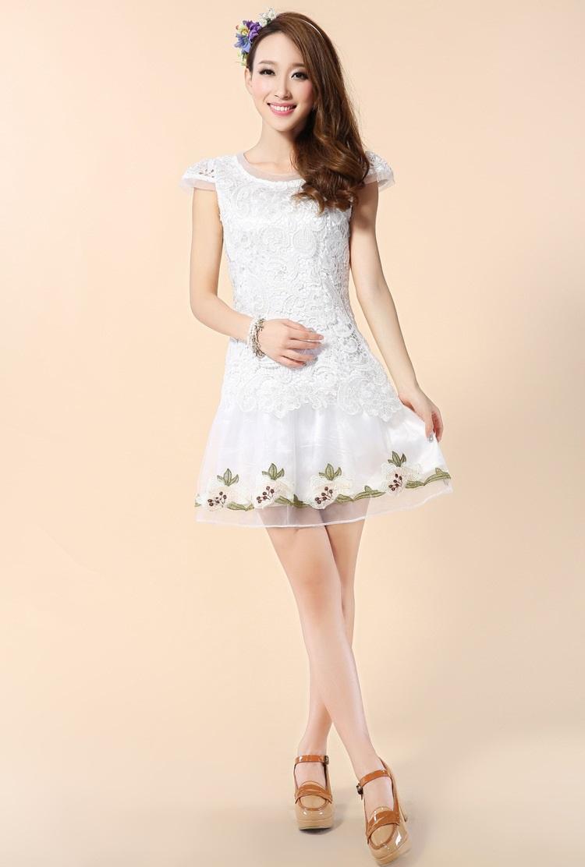 ชุดเดรสสั้น ผ้าถักลายดอกไม้ แขนสามเหลี่ยม สีขาว กระโปรงผ้ามุ้ง ปักลายดอกไม้ ซับในด้วยผ้าไหมแก้ว